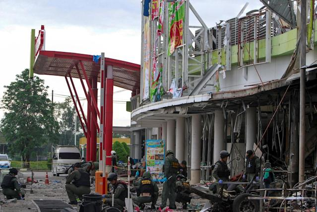 <p>Military personnel inspect the site of a bomb attack at a supermarket in the city of Pattani, Thailand, May 10, 2017. (Photo: Surapan Boonthanom/Reuters) </p>