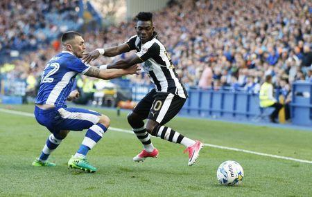 Britain Football Soccer - Sheffield Wednesday v Newcastle United - Sky Bet Championship - Hillsborough - 8/4/17 Christian Atsu of Newcastle United in action with Jack Hunt of Sheffield Wednesday Mandatory Credit: Action Images / John Clifton Livepic