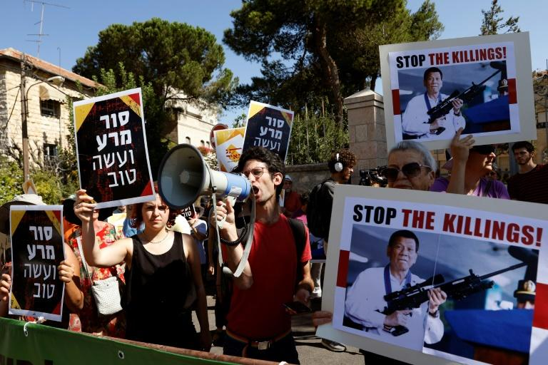 Israeelis opposed to arms sales to the Philippines protest outside the presidential compound in Jerusalem on September 4, 2018 as President Rodrigo Duterte visits