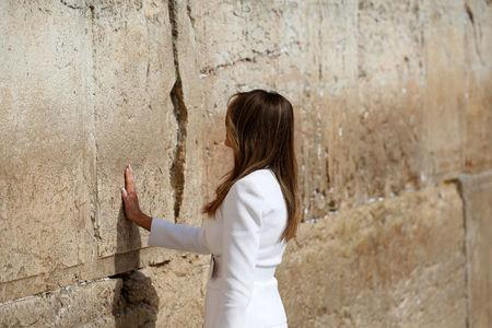U.S. first lady Melania Trump touches the Western Wall, Judaism's holiest prayer site, in Jerusalem's Old City May 22, 2017. REUTERS/Ronen Zvulun