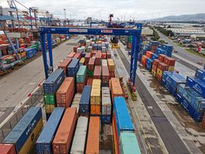 As part of the new service agreement, Kalmar will supply maintenance support personnel with a 24/7 presence to secure the operational availability of all cargo-handling equipment at the VT3 terminal, including third-party machines.