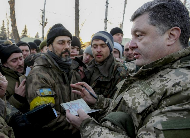 Ukrainian President Petro Poroshenko (R) meets servicemen, who left Debaltseve in the Donetsk region, during his visit to Artemivsk on February 18, 2015 (AFP Photo/Mikhail Palinchak)