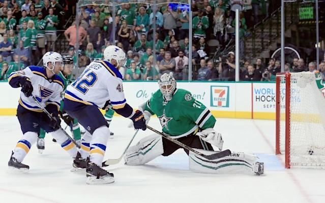 St. Louis Blues' David Backes (L) found the loose puck and tapped it home to even the best-of-seven series at one game apiece (AFP Photo/Tom Pennington)