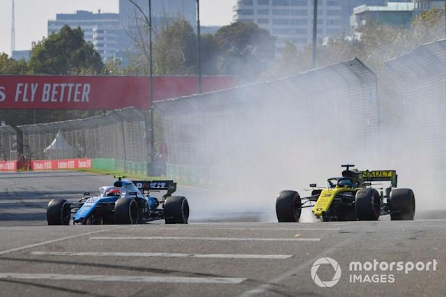 "Robert Kubica, Williams FW42 y Daniel Ricciardo, Renault R.S.19 con daños después de un toque <span class=""copyright"">Jerry Andre / Sutton Images</span>"