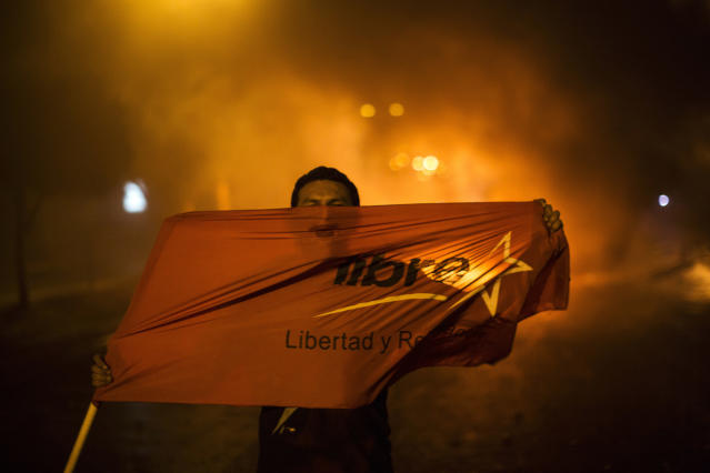 <p>Supporters of presidential candidate Salvador Nasralla chant slogans against Honduran President Juan Orlando Hernandez, who's running for reelection, as they protest what they call electoral fraud in Tegucigalpa, Honduras, Thursday, Nov. 30, 2017. (Photo: Rodrigo Abd/AP) </p>