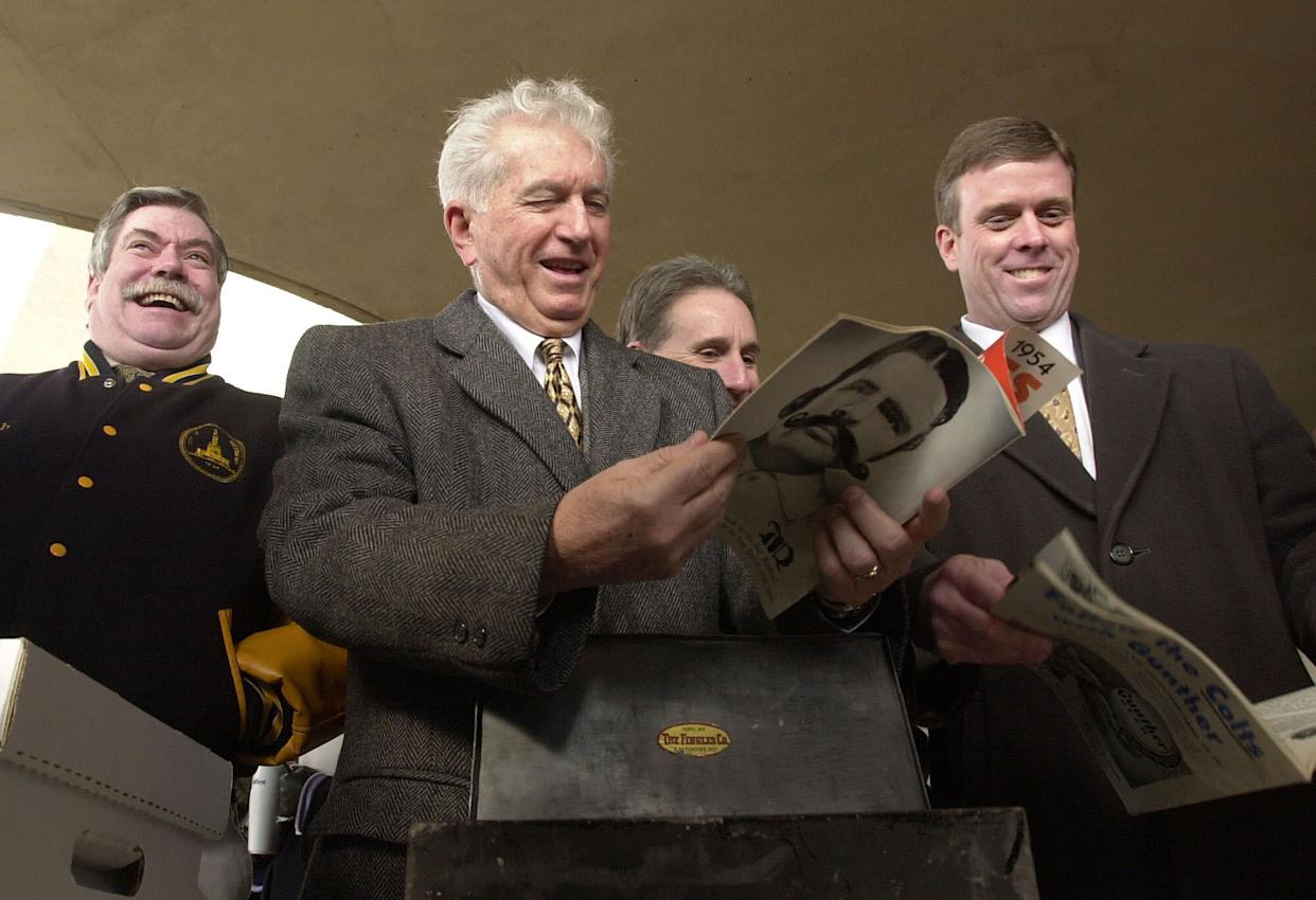 Former Baltimore Mayor Thomas D'Alesandro III (center) and others laugh as they look over the contents of an unveiled time capsule in Baltimore in 2002. D'Alesandro died Sunday at age 90. (Photo: ASSOCIATED PRESS)