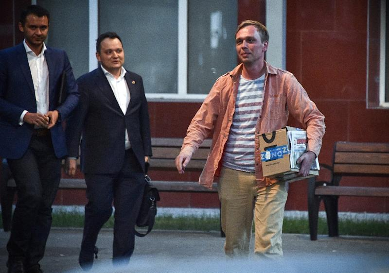 Russian investigative journalist Ivan Golunov walks free from a Moscow police station after drug charges against him are dropped (AFP Photo/Vasily MAXIMOV )