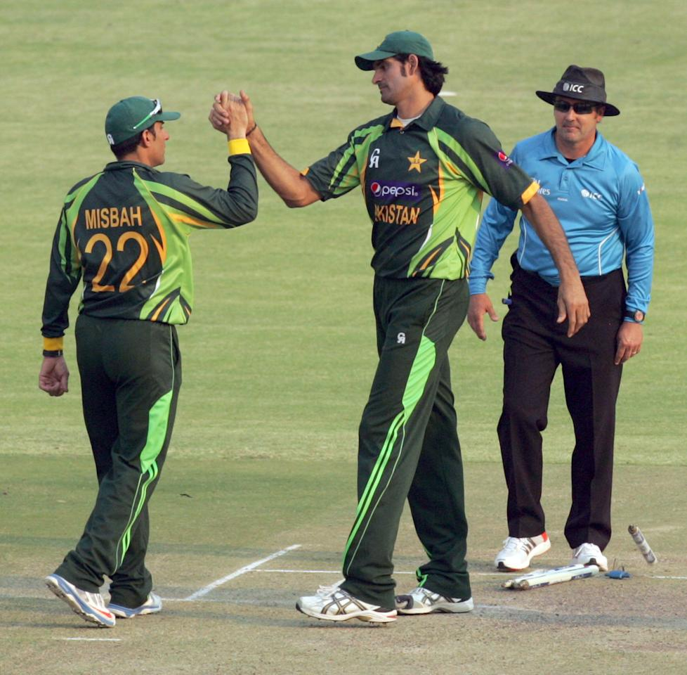 Pakistan captain Misbah Ul Haq (L) shakes hands with Muhammad Irfan (R) on August 31, 2013 after winning the third and final one-day international against Zimbabwe at the Harare Sports Club. AFP PHOTO / JEKESAI NJIKIZANA        (Photo credit should read JEKESAI NJIKIZANA/AFP/Getty Images)