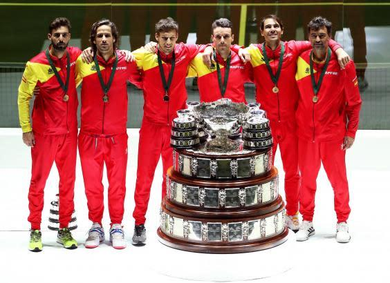 Spain pose with the Davis Cup trophy (EPA)