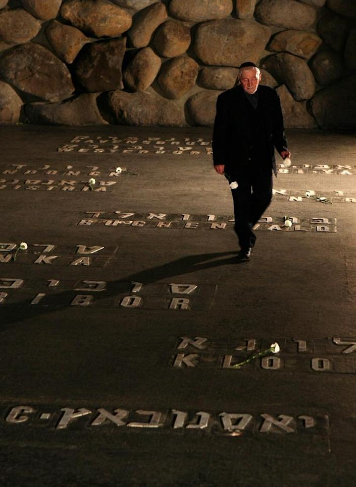Holocaust survivor Solomon Susskind -- who was saved by Oskar Schindler's list -- places a flower at the Hall of Remembrance during a 2008 visit to the Yad Vashem Holocaust museum in Jerusalem (AFP Photo/Gali Tibbon)