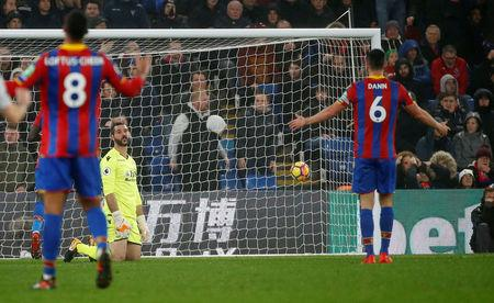 Soccer Football - Premier League - Crystal Palace vs Everton - Selhurst Park, London, Britain - November 18, 2017   Crystal Palace's Scott Dann argues with Julian Speroni after Everton's Oumar Niasse scores their second goal      REUTERS/Tolga Akmen