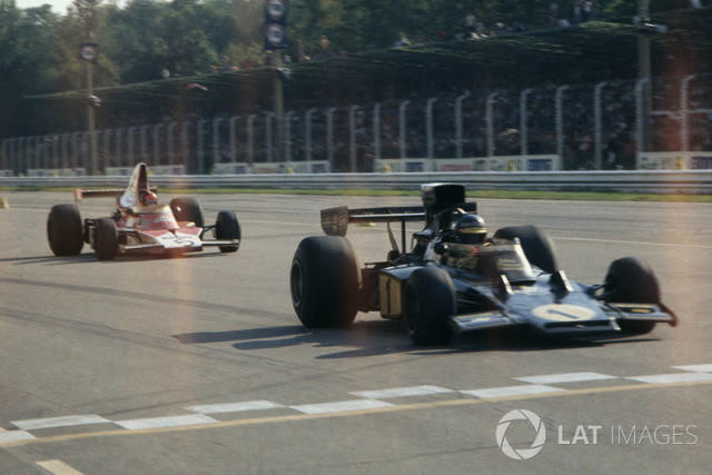 """Ronnie Peterson, Lotus Ford, y Emerson Fittipaldi, McLaren M23-Ford <span class=""""copyright"""">LAT Images</span>"""