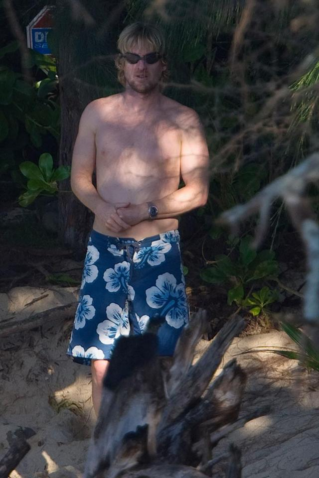 """Owen tries to go unnoticed by hiding in the trees. Sorry Owen, the blue floral print shorts give you away! Starsurf/<a href=""""http://www.splashnewsonline.com"""" target=""""new"""">Splash News</a> - January 6, 2008"""