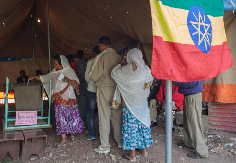 An Ethiopian woman casts her ballot as other queue up in Addis Ababa, during general elections on May 24, 2015 (AFP Photo/Zacharias Abubeker)