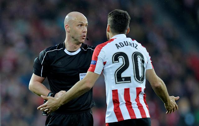 Soccer Football - Europa League Round of 16 Second Leg - Athletic Bilbao vs Olympique de Marseille - San Mames, Bilbao, Spain - March 15, 2018 Athletic Bilbao's Aritz Aduriz speaks with referee Anthony Taylor REUTERS/Vincent West