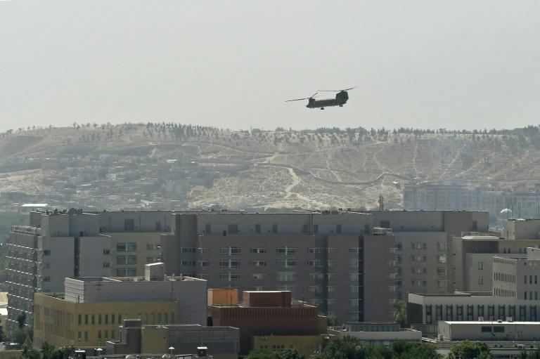 A U.S. Chinook military helicopter flies above the US embassy in Kabul in August 2021