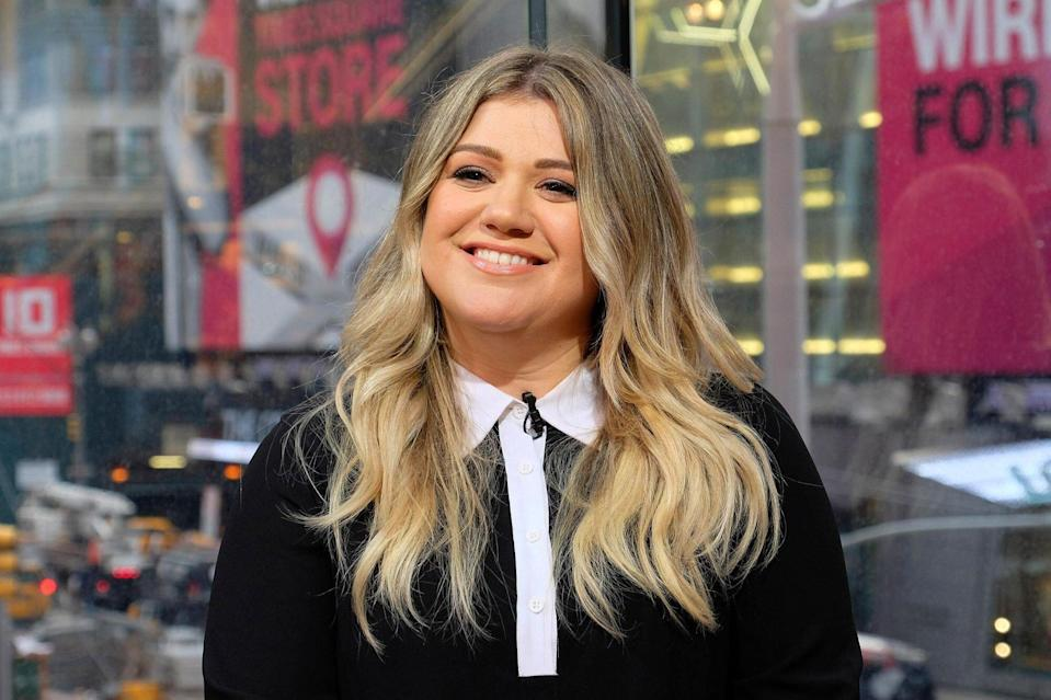 Kelly Clarkson Visits