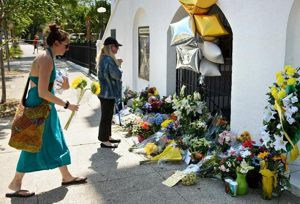Mourners gather at a makeshift memorial outside the Emanuel AME Church in Charleston, South Carolina, on June 18, 2015, after a mass shooting the night before (AFP Photo/Brendan Smialowski)