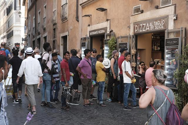 Rome (Italy), 15/07/2018.- People watch the soccer match of the FIFA World Cup 2018 final between France and Croatia, outside a restaurant in Rome, Italy, 15 July 2018. (Croacia, Mundial de Fútbol, Roma, Francia, Italia) EFE/EPA/LUCIANO DEL CASTILLO