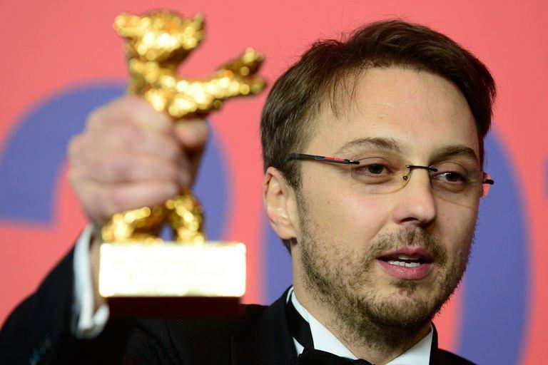"""Romanian director Calin Peter Netzer poses with his Golden Bear for the Best Film he received for the movie """"Pozitia Copilului"""" (""""Child's Pose"""") during a press conference following the awards ceremony in Berlin on February 16, 2013"""