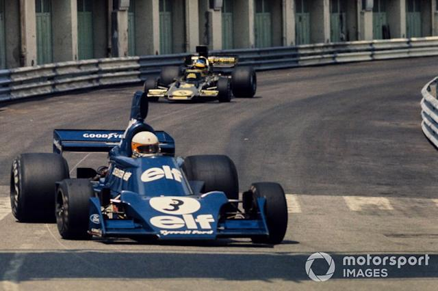 """Jody Scheckter, Tyrrell 007 Ford, delante de Ronnie Peterson, Lotus 72E Ford <span class=""""copyright"""">LAT Images</span>"""