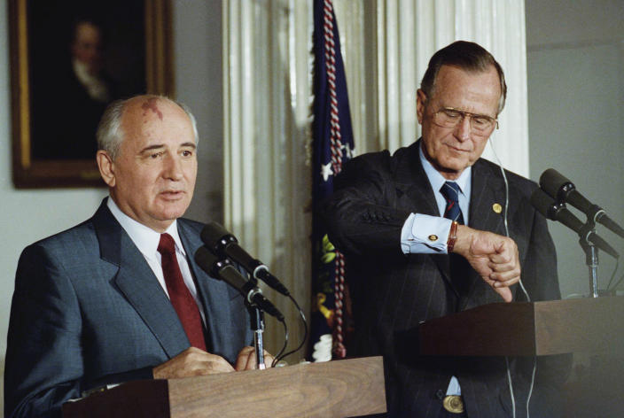 <p>President George H.W. Bush checks his watch at a joint news conference with Soviet President Mikhail Gorbachev in London on July 17, 1991. (Photo: Dennis Cook/AP) </p>