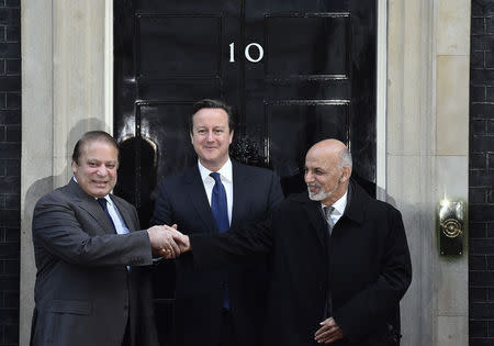 Britain's Prime Minister David Cameron (C), President Ashraf Ghani of Afghanistan and Pakistan's Prime Minister Nawaz Sharif (L) pose on the steps of Number 10 Downing Street after their meeting in London December 5, 2014. REUTERS/Toby Melville