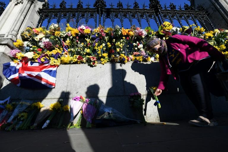 Wellwishers lay flowers outside the Houses of Parliament on March 25, 2017, following the March 22 attack by Khalid Masood that killed 4 and injured 29 in London