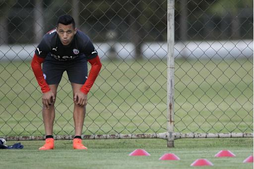 Chile's Alexis Sanchez rests during a team practice session at Toca da Raposa Center, in Belo Horizonte, Brazil, Friday, June 20, 2014. Chile plays in group B of the Brazil 2014 soccer World Cup. (AP Photo/Bruno Magalhaes)
