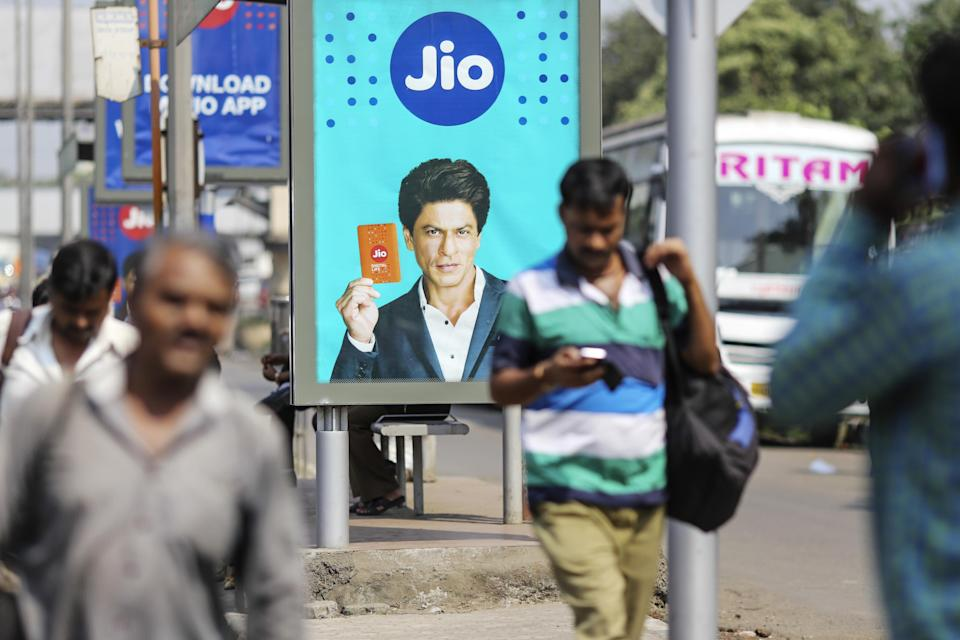 An advertisement featuring Bollywood actor Shah Rukh Khan for Reliance Jio (Image: Dhiraj Singh/Bloomberg via Getty Images)