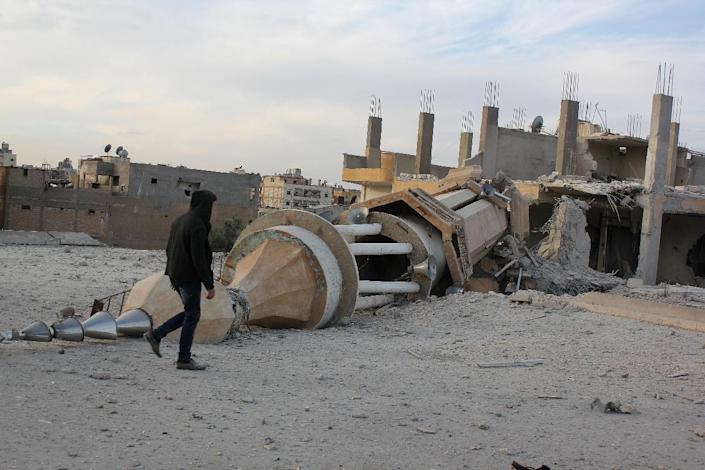 A local resident walks past a minaret destroyed following an alleged air strikes by Syrian government forces, in the Islamic State (IS) group controlled Syrian city of Raqa, on November 25, 2014 (AFP Photo/-)