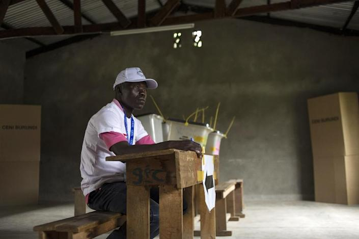 A man working for the electoral commission sits in an empty polling station in the neighbourhood of Rohero in Bujumbura on June 29, 2015 (AFP Photo/Phil Moore)
