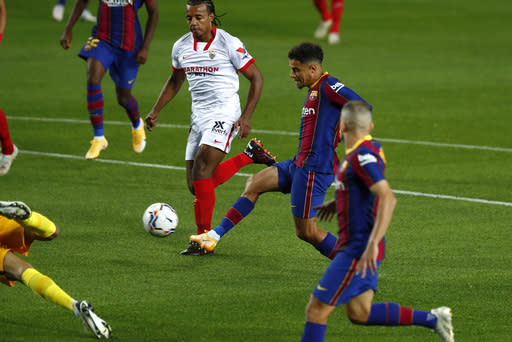 Sevilla suffocates Barcelona in 1-1 draw at Camp Nou