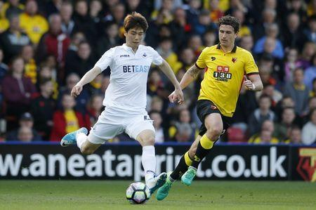 Britain Soccer Football - Watford v Swansea City - Premier League - Vicarage Road - 15/4/17 Swansea City's Ki Sung Yueng in action with Watford's Daryl Janmaat Action Images via Reuters / Andrew Couldridge Livepic