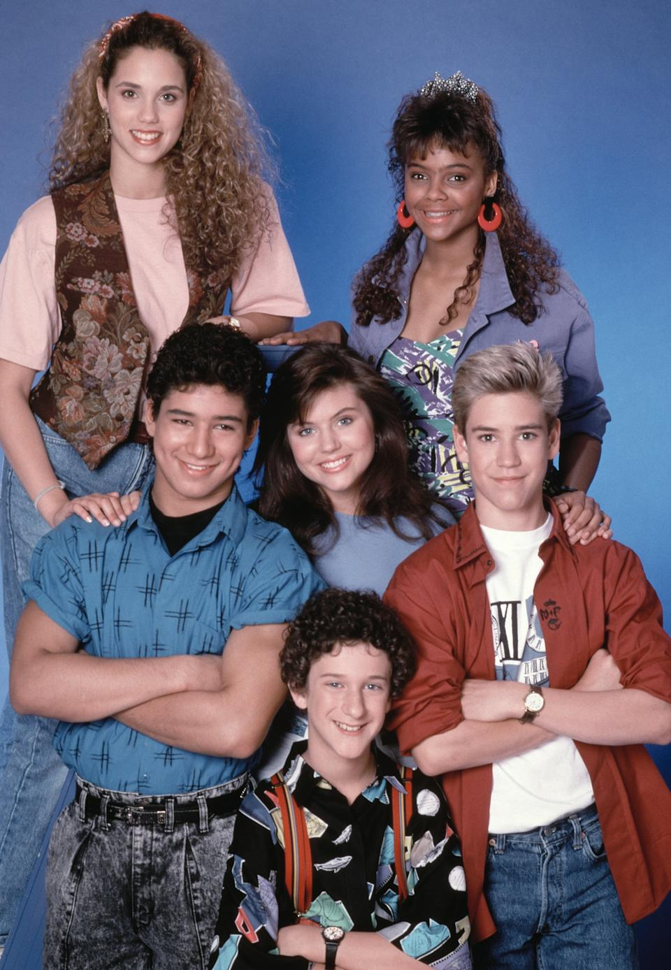 SAVED BY THE BELL -- Season 1 -- Pictured: (top, l-r)  Eliszabeth Berkeley as Jessie Spano, Lark Voorhies as Lisa Turtle, (middle) Mario Lopez as A.C. Slater, Tiffani Thiessen as Kelly Kapowski, Mark-Paul Gosselaar as Zack Morris, (bottom) Dustin DIamond as Screech Powers -- Photo by: NBCU Photo Bank