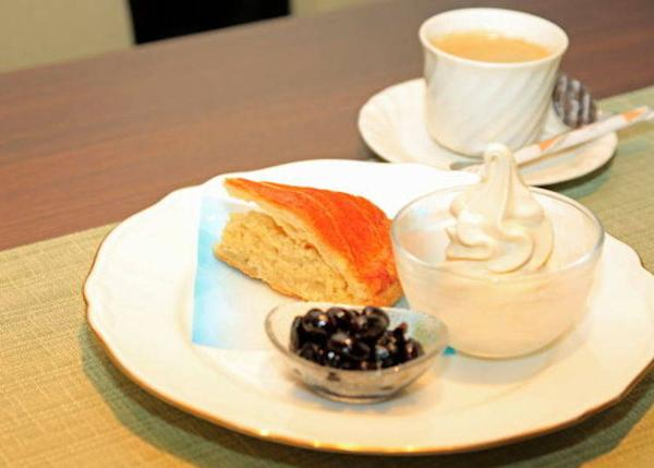 ▲ The delicious Konnyaku Pie Cake is served in a Lady's Set that comes with a drink for 800 yen (excluding tax).