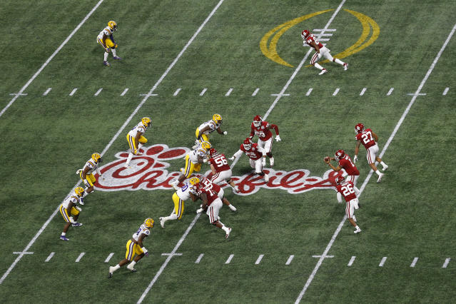 Jalen Hurts lines up in the shotgun against LSU in a CFP semifinal last December. He's the only QB in the picture. (Photo by Mike Zarrilli/Getty Images)