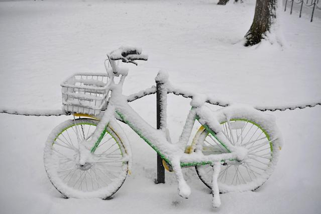 <p>A LimeBike rental bicycle is ready for use during a snow storm in Washington, March 21, 2018. (Photo: Mandel Ngan/AFP/Getty Images) </p>