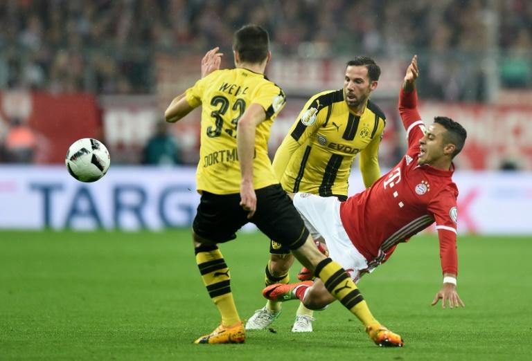 (L-R) Dortmund's midfielder Julian Weigl, midfielder Gonzalo Castro and Bayern Munich's midfielder Thiago Alcantara vie for the ball during the German Cup DFB Pokal semifinal football match April 26, 2017