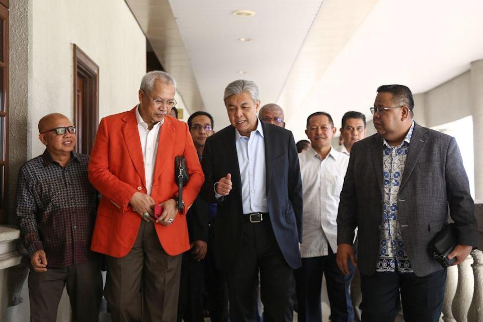 Datuk Seri Dr Ahmad Zahid Hamidi (second from right) and Tan Sri Annuar Musa (second from left) are pictured at the Kuala Lumpur High Court February 20, 2020. — Picture by Yusof Mat Isa