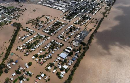Houses are surrounded by floodwaters adjacent to the Fitzroy River (R) brought on by Cyclone Debbie in Rockhampton, Australia, April 6, 2017.    AAP/Dan Peled/via REUTERS