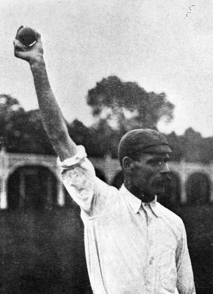 circa 1920:  Sydney Barnes demonstrates his bowling action.  (Photo by Hulton Archive/Getty Images)