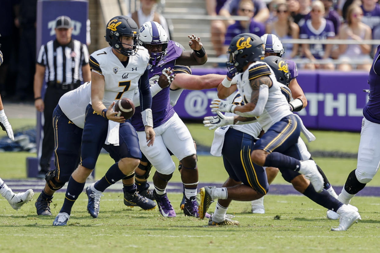 FORT WORTH, TX - SEPTEMBER 11: California Golden Bears quarterback Chase Garbers (7) looks for a running back during the game between the TCU Horned Frogs and the California Golden Bears on September 11, 2021 at    Amon G. Carter Stadium in Fort Worth, Texas. (Photo by Matthew Pearce/Icon Sportswire via Getty Images)
