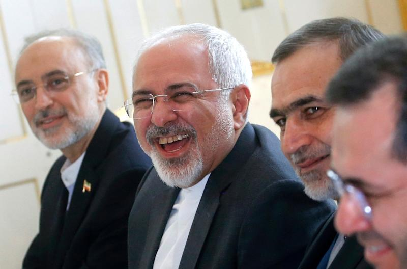 Iranian Foreign Minister Javad Zarif (C) enjoys a lighter moment at the start of a meeting with US Secretary of State (unpictured) in Vienna, Austria, on June 30, 2015 (AFP Photo/Carlos Barria)