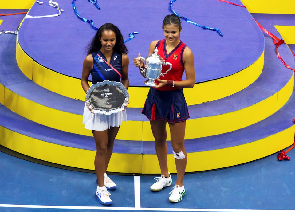 Emma Raducanu and Leylah Fernandez pose during the awarding ceremony of the US Open final.