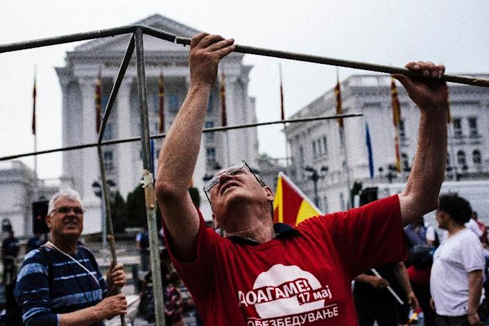 A man sets up a tent after an anti-government protest outside the prime minister's office in the centre of Macedonia's capital Skopje on May 17, 2015 (AFP Photo/Dimitar Dilkoff)