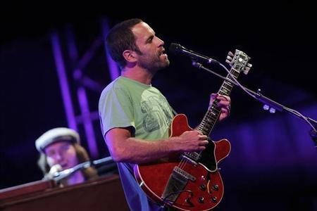 Musician Jack Johnson performs during his concert as part of his To The Sea tour in Brasilia May 25, 2011. REUTERS/Ueslei Marcelino