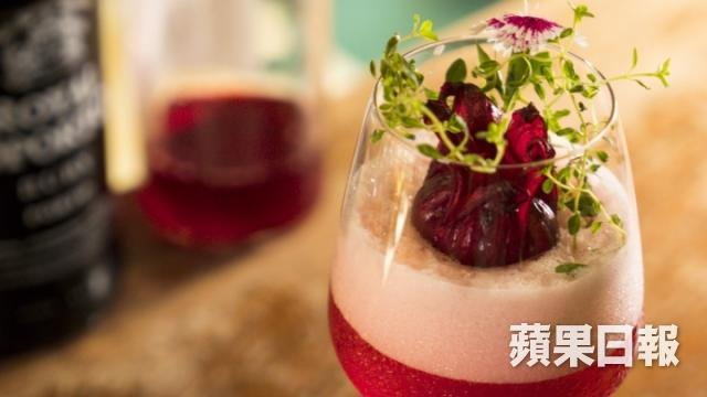 洛神特調 Roselle cocktail,以洛神花茶湯浸泡果香茶包,加上波特紅酒、山崎梅酒,以及香料香甜酒配搭,非常容易入口,洛神花跟梅子果香都非常突出。