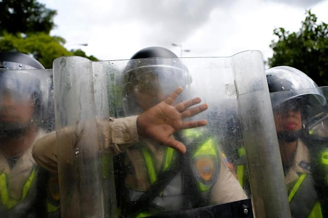 <p>Riot police stand guard during a rally to demand a referendum to remove President Nicolas Maduro in Caracas, Venezuela, June 7, 2016. (Reuters/Ivan Alvarado) </p>