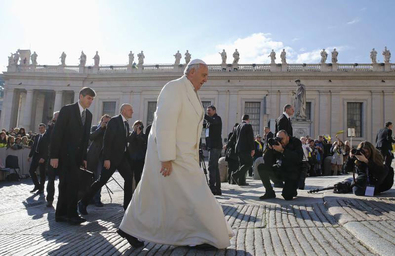 Pope Francis walks as he arrives to lead the weekly audience in Saint Peter's Square at the Vatican February 18, 2015. REUTERS/Giampiero Sposito  (VATICAN - Tags: RELIGION)